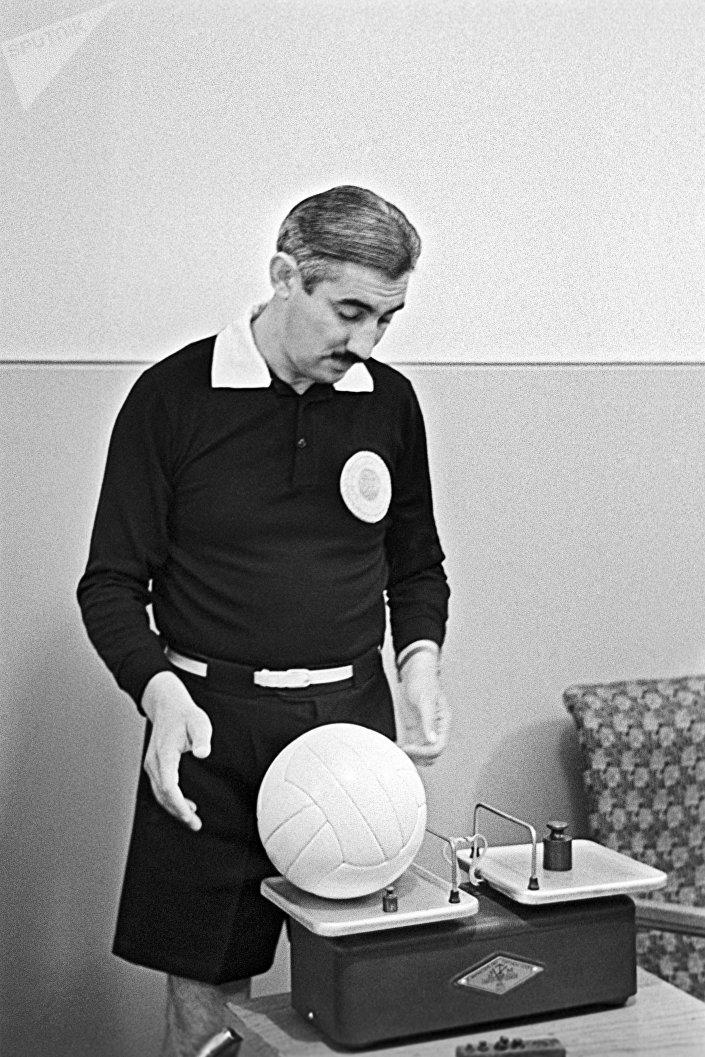 Советский арбитр Тофик Бахрамов, похоронивший надежды сборной Германии на победу в финале чемпионата мира 1966 года