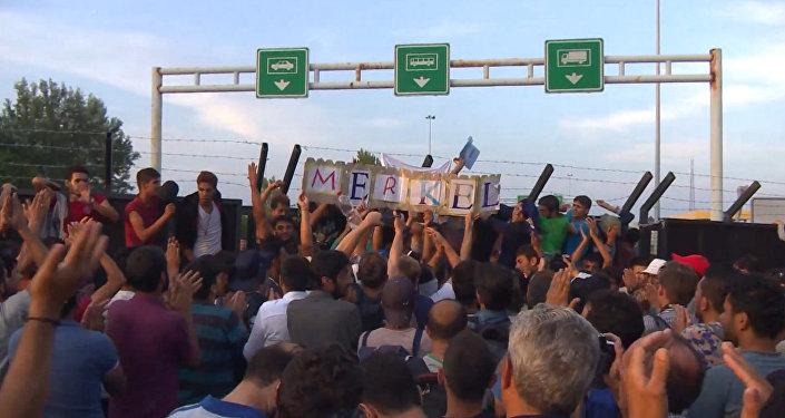 СПУТНИК_Беженцы стучали в стену на границе Венгрии и кричали: Меркель, спаси нас!