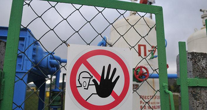 Предупреждающая табличка на ограждении объекта высокогорной газокомпрессорной станции Воловец