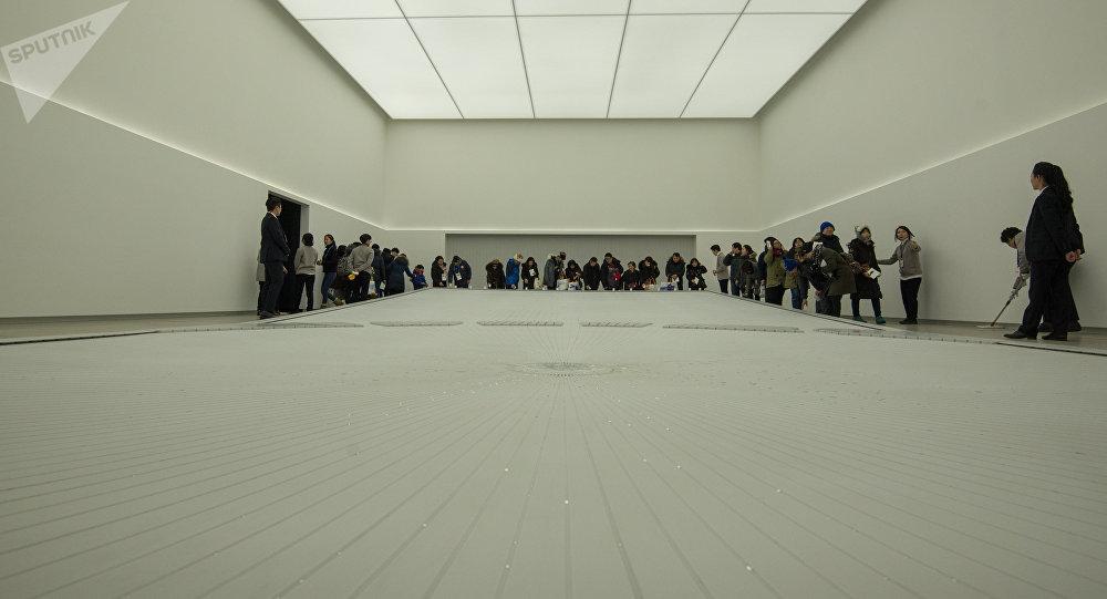 Самое интересное, что внутри - здание полностью белое, за счет чего создается просто фантастический контраст.