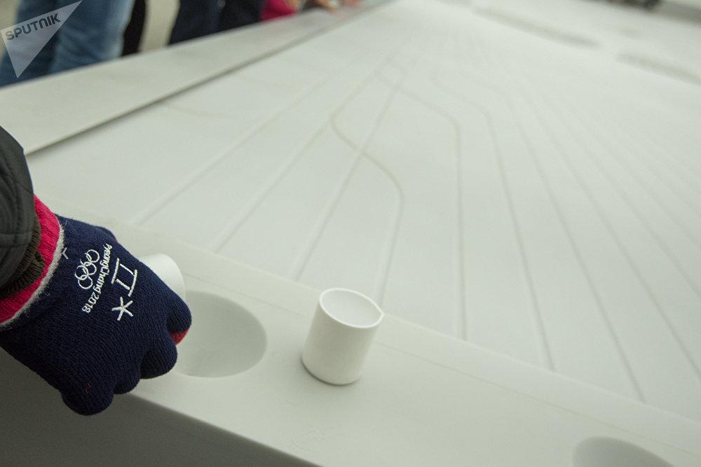 Встроенные в инсталляцию тактильные датчики позволяют посетителям взаимодействовать с ней, изменяя ритм движения и столкновения капель между собой.
