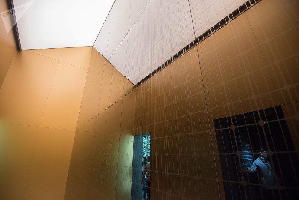 Черный фасад здания воплощает собой широту Вселенной, а водная инсталляция — молекулы водорода, которые сталкиваются друг с другом, как в новом автомобиле компании.