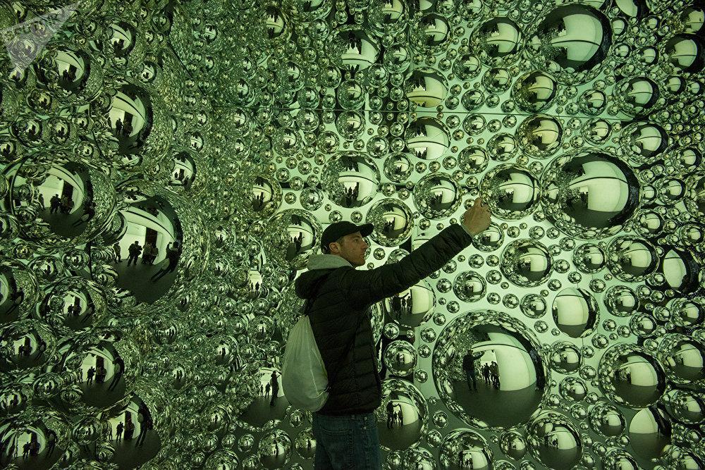 Четыре года назад в Сочи он создал павильон «Гора Рашмор цифровой эпохи». На фасад здания проецировались 3D-модели лиц посетителей.