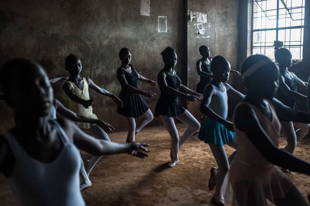 Снимок из серии Slum Ballet шведского фотографа Fredrik Lerneryd из категории Contemporary Issues (Professional), вошедший в шортлист фотоконкурса 2018 Sony World Photography Awards