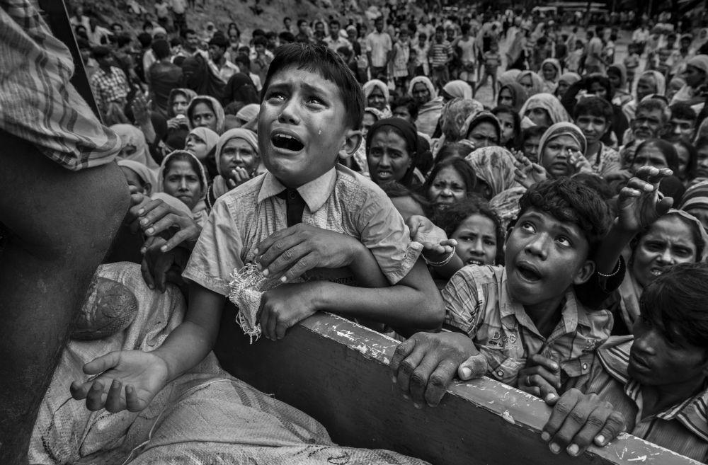 Снимок из серии Rohingya Refugees Flee Into Bangladesh to Escape Ethnic Cleansing канадского фотографа Kevin Frayer из категории Current Affairs & News (Professional), вошедший в шортлист фотоконкурса 2018 Sony World Photography Awards