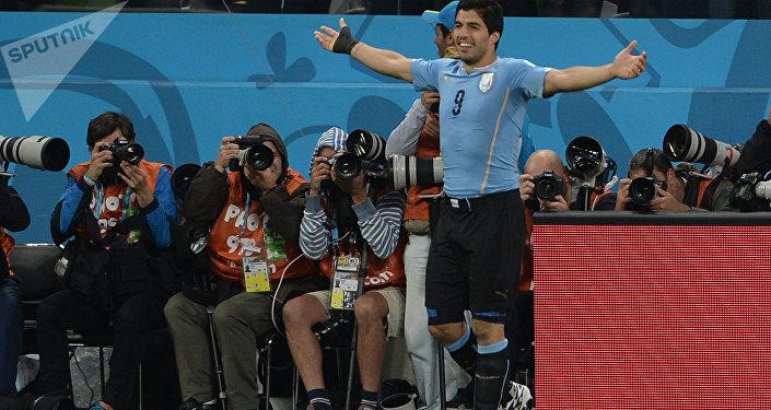 Игрок сборной Уругвая Луис Суарес радуется голу