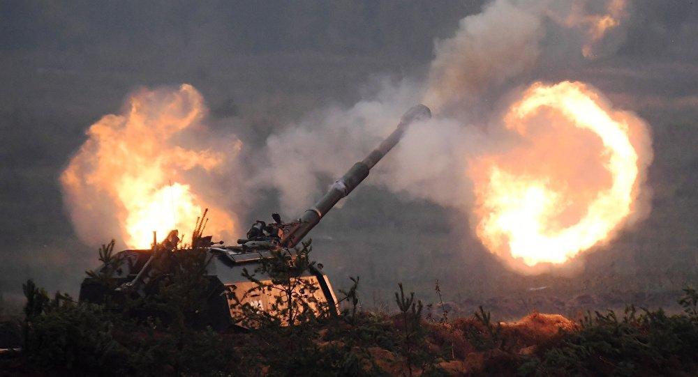 Самоходная артиллерийская установка (САУ) Мста-С на полигоне.