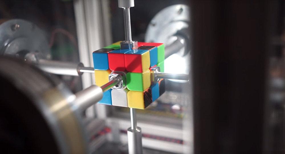 Робот собирает кубик Рубика