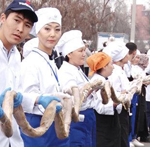 Как из мяса девяти лошадей приготовили тонну бешбармака — вкусное видео