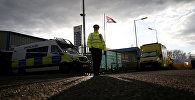 Британский полицейский на месте, где был обнаружен автомобиль Скрипаля