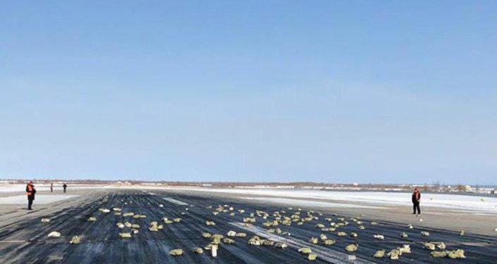 Сразу после вылета из Якутска у транспортного самолета Ан-12 с 9 тоннами золота на борту оторвало створку грузового люка. Большая часть слитков вывалилась и разлетелась по взлетной полосе и окрестностям