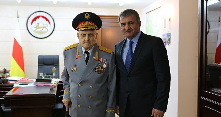 Анатолий Бибилов поздравил Улифана Тедеева
