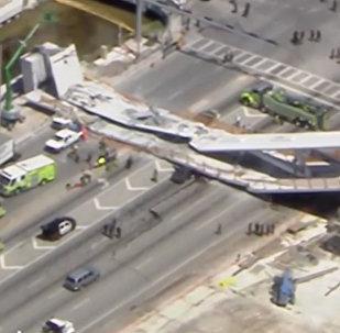 В Майами рухнул пешеходный мост