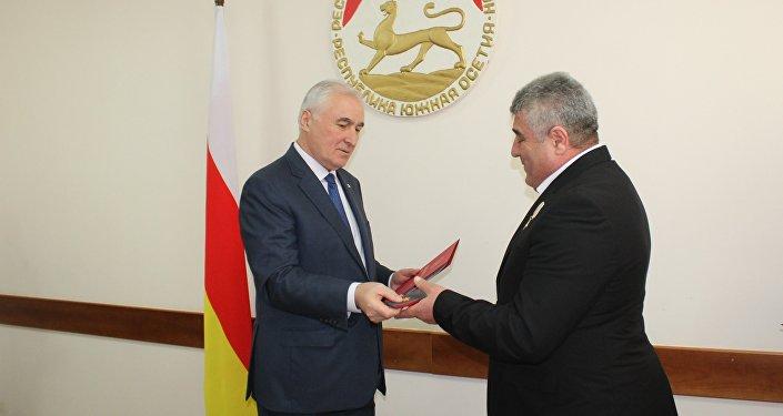 Награждение президентом Л.Тибиловым Т.Кокойты