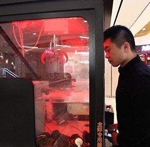 Живого омара вместо мягкой игрушки можно выловить краном-автоматом в Китае