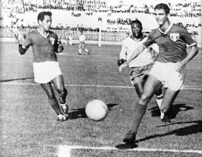 Король футбола Эдсон Арантес ду Насименту, он же Пеле, забивает второй гол в ворота сборной Мексики на чемпионате мира в Чили в 1962 году
