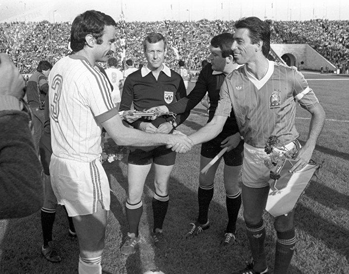Капитан сборной СССР Александр Чивадзе жмет руку капитану сборной Мексики Томасу Бою перед товарищеской встречей – 1984 год