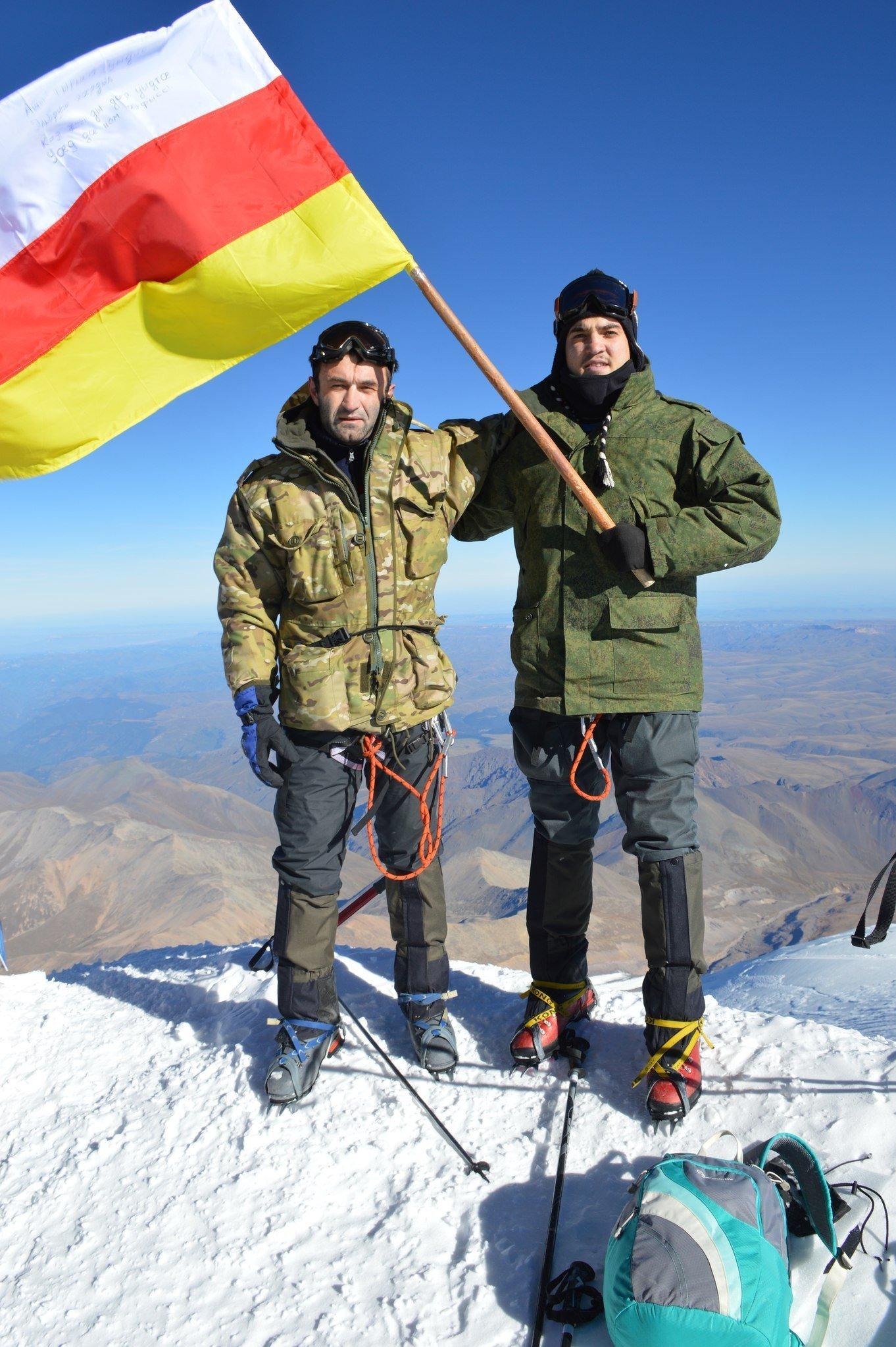 Студенты из Южной Осетии на горе Эльбрус