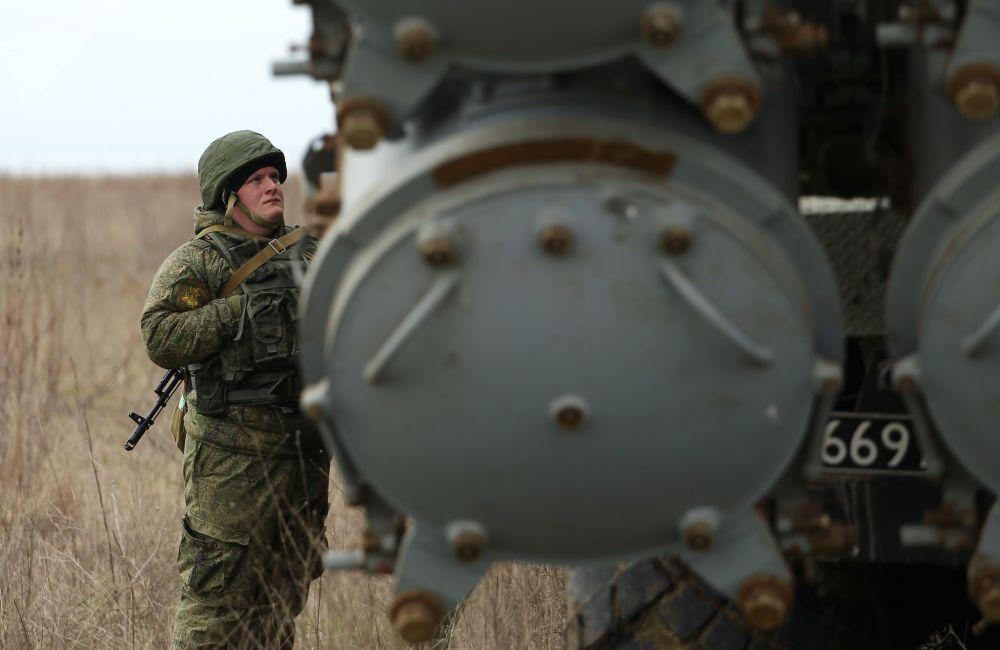 Военнослужащий у берегового ракетного комплекса Бал во время учений экипажей береговых ракетно-артиллерийских комплексов в Краснодарском крае
