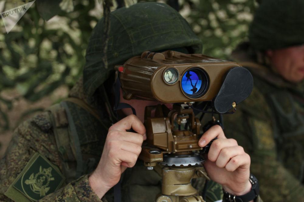 Военнослужащий в командно-наблюдательном пункте на полигоне Железный рог на черноморском побережье Краснодарского края во время учений