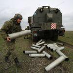 Военнослужащий у берегового самоходного артиллерийского комплекса А-222 Берег на полигоне Железный рог на черноморском побережье Краснодарского края во время учений