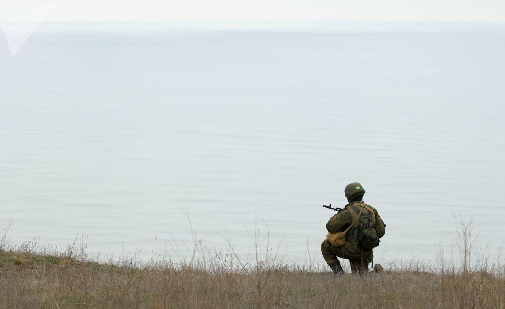 Военнослужащий на полигоне Железный рог во время учений экипажей береговых ракетно-артиллерийских комплексов в Краснодарском крае