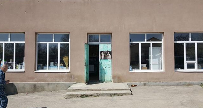 Разбили стекла магазина
