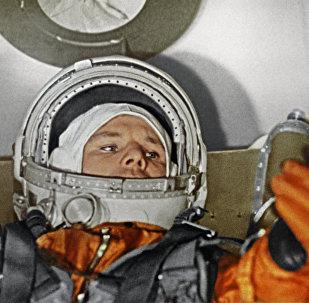 Первый летчик-космонавт СССР Юрий Алексеевич Гагарин в кабине корабля Восток. 1961 г.