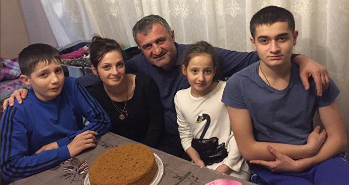 Анатолий Бибилов с семьей