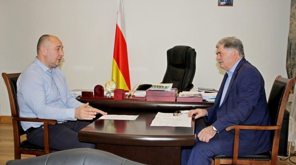 Встреча премьер-министра РЮО Эрика Пухаева с главой Минздрава Георгием Тотчиевым
