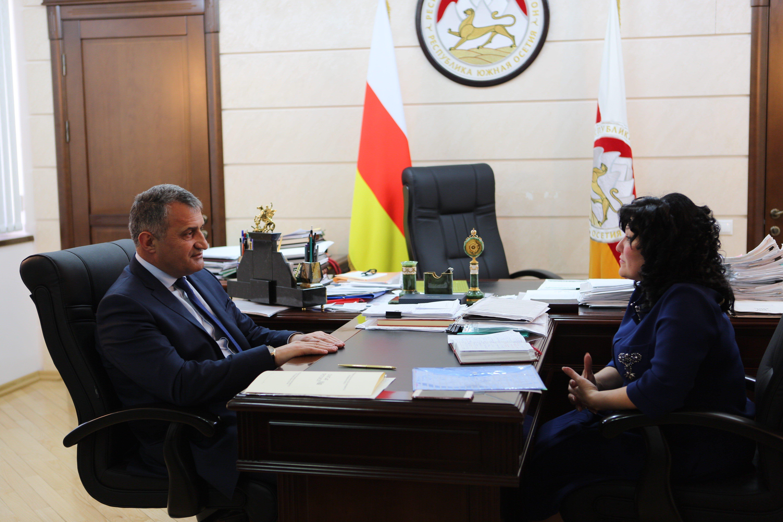 Встреча президента РЮО Анатолия Бибилова с главой Минобразования Натали Гассиевой