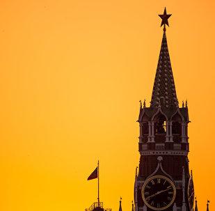 Спасская башня Московского Кремля. Слева флаг России на здании Сенатского дворца Московского Кремля.