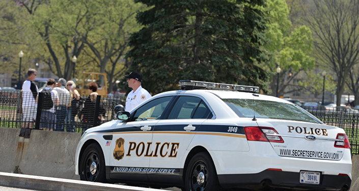 Автомобиль секретной службы США и полицейский