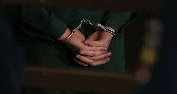Осужденный в наручниках.
