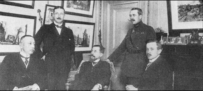 Слева направо: Бекир Сами (Кундух), французский делегат, Зекаи Апайдын, слева стоит Хюсрев (Гередэ) Бей.
