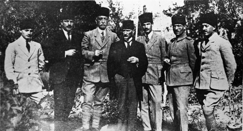 Слева направо : Музафер Кылыч, Абхаз  Рауф  (Орбай), Бекир Сами  (Кундух), Мустафа Кемаль  Kemal (Ататюрк), Рушен  Эшреф (Юнайдын), Джемиль  Джахит  (Тойдемир), Джеват Аббас (Гюрер) сентябрь 1919