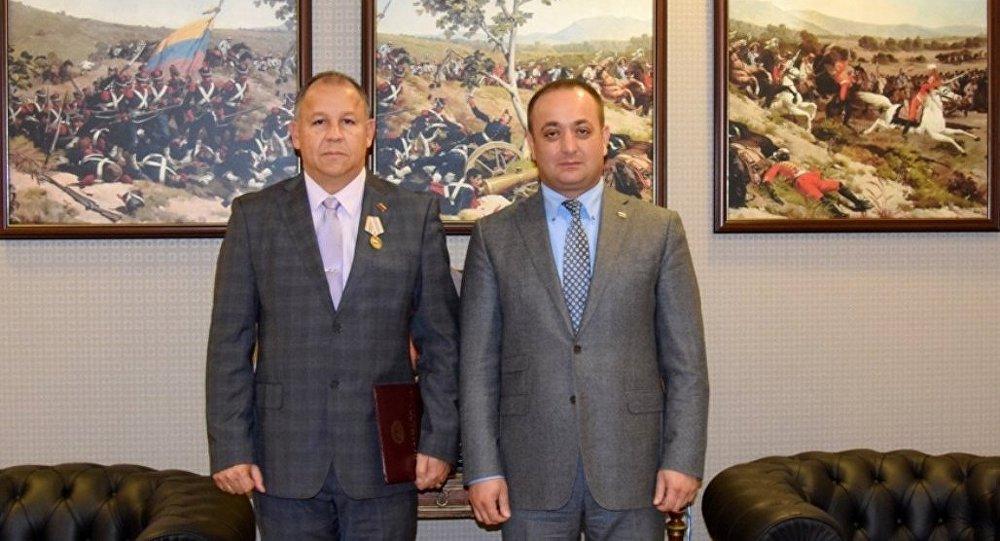 Посол Южной Осетии в России  Знаур Гассиев вручил медаль послу Венесуэлы в Российской Федерации Хуану Висенте Паредес Торреальба