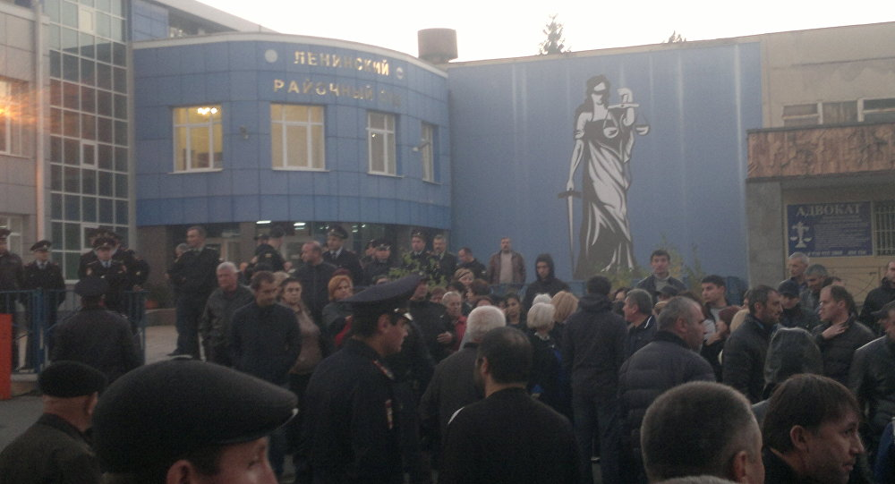 Родственники полицейских, задержанных по делу Цкаева у здания суда