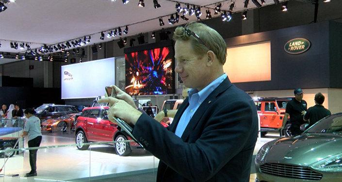 Поклонники Джеймса Бонда фотографировали машины агента 007 на автошоу в Дубае