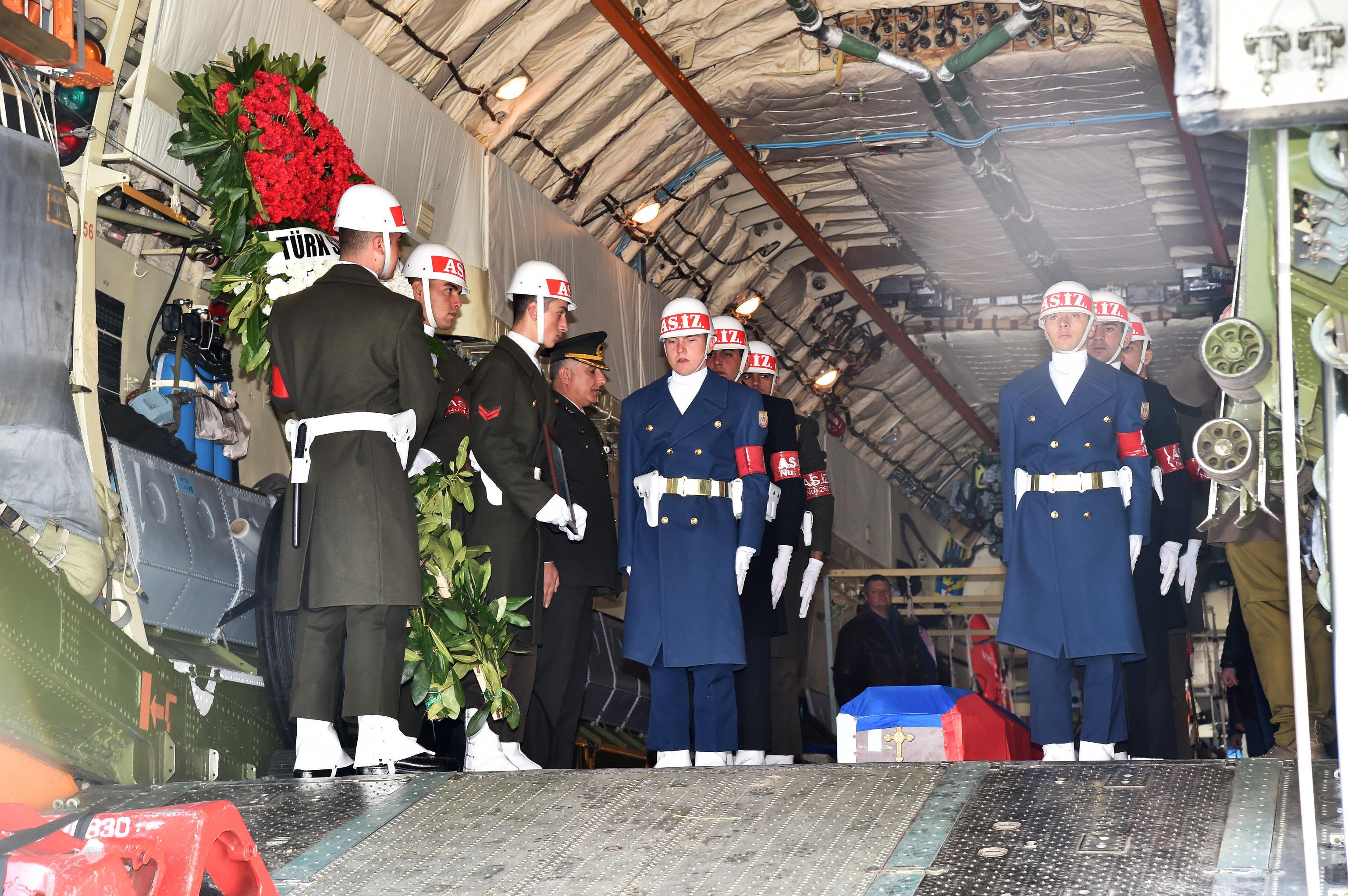 Гроб с телом российского летчика О.Пешкова отправлен из Турции в Россию