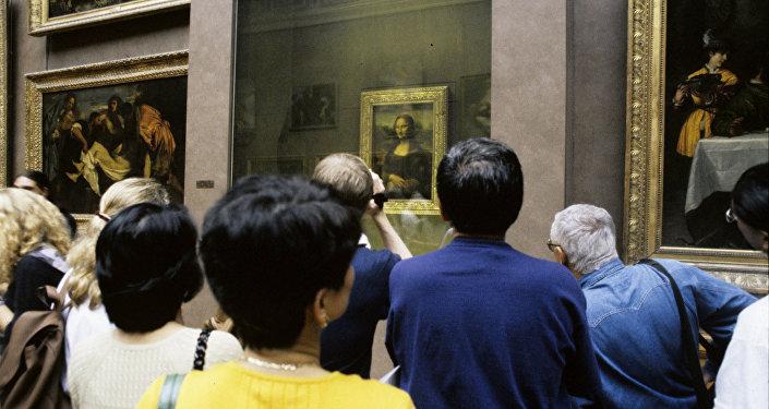Посетители музея Лувр